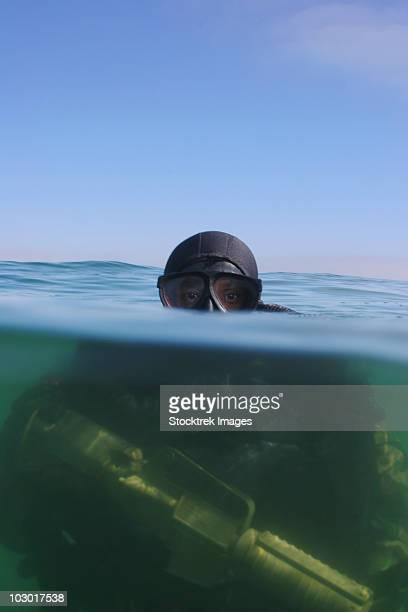 a u.s. navy seal combat swimmer. - navy seals de los estados unidos fotografías e imágenes de stock