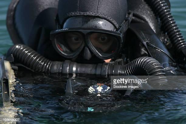 a navy seal combat swimmer. - navy seals de los estados unidos fotografías e imágenes de stock