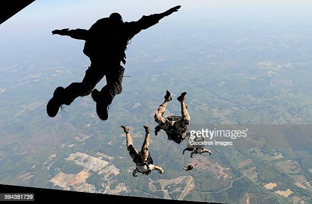 navy seals jump from the ramp of a c-17 globemaster iii over virginia. - navy seals de los estados unidos fotografías e imágenes de stock