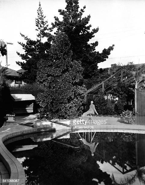 Nazimova Alla Actress Producer Russia / USA *22051879 at the pool in her Hollywood home 1925 Vintage property of ullstein bild
