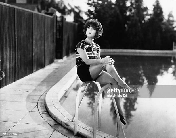 Nazimova Alla Actress Producer Russia / USA at the pool in her Hollywood home 1925 Vintage property of ullstein bild