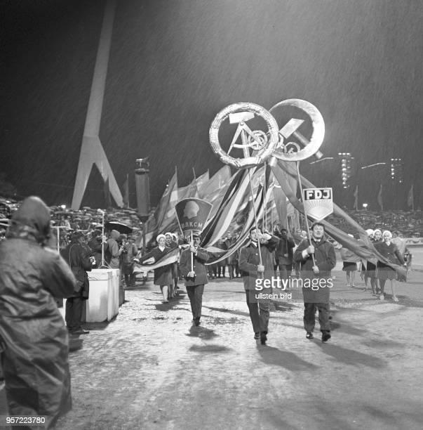 ca7f376cf9f Nächtliche Kundgebung im RudolfHarbigStadion während des  DeutschSowjetischen Jugendfestivals in Dresden aufgenommen im Oktober 1970  Die Teilnehmer