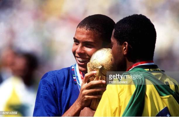2 nE BRASILIEN FUSSBALLWELTMEISTER 1994 RONALDO und VIOLA/BRA mit WM Pokal