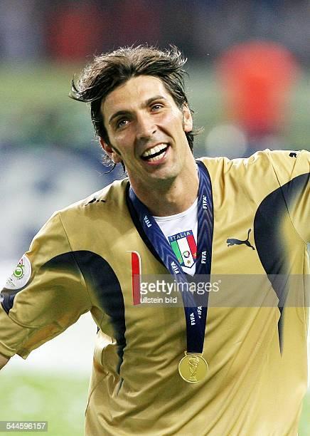 Gianluigi BUFFON*Fussballtorwart ItalienFussball FIFA WM 2006 Finale in Berlin Italien Frankreich 64 nE Buffon jubelt nach der Siegerehrung mit der...