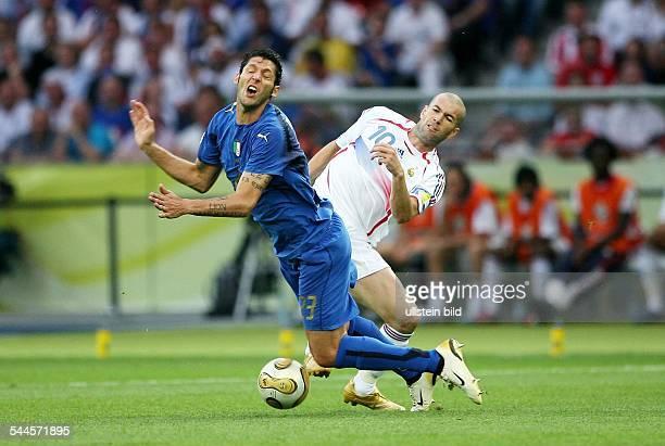 Fussball FIFA WM 2006 Finale in Berlin Italien Frankreich 64 nE Spielszene Zweikampf zwischen Marco MATERAZZI und Zinedine ZIDANE