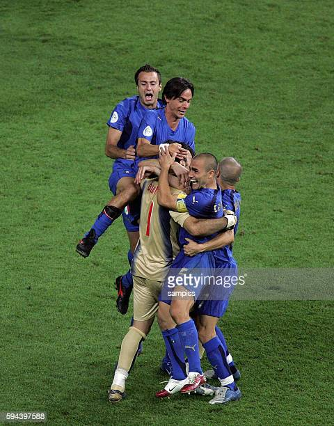 Italien Frankreich 64 nE Weltmeister Italien feiert ausgelassen mit vl Alberto Gilardino Filippo Inzaghi Gianluigi Buffon Fabia Cannavaro und...