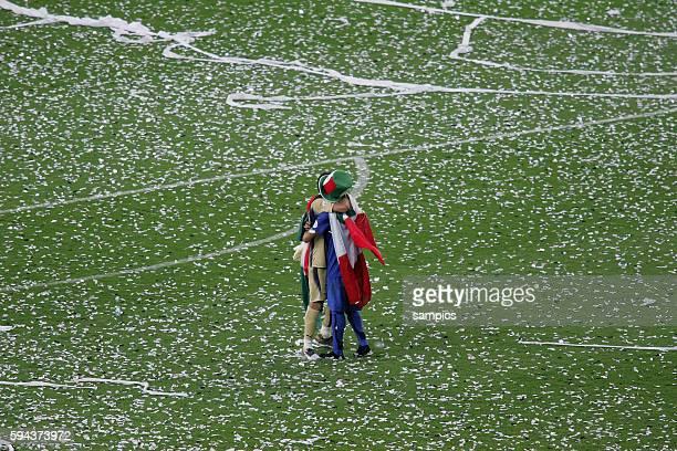 Italien Frankreich 64 nE Weltmeister Italien liegt sich in den Armen Gianluigi Buffon und Marco Materazzi FIFA Fußball Weltmeisterschaft 2006 in...