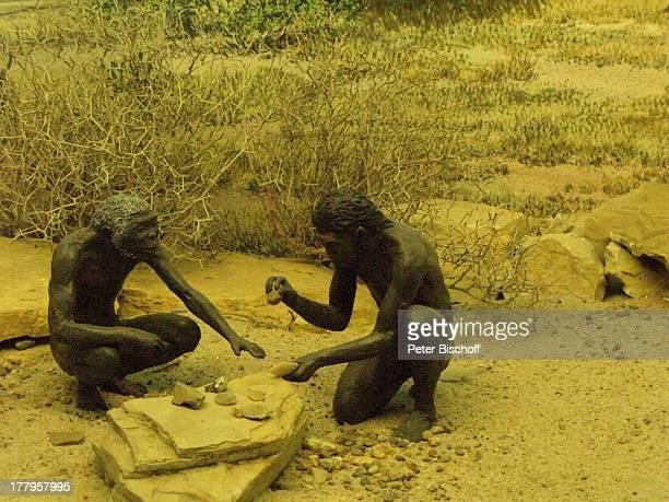 Neandertaler beim Steineklopfen †berseeMuseum Bremen Deutschland Europa Reise