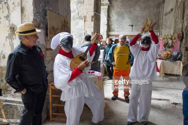 neapolitan mask of pulcinella playing and singing in the street - tradizione foto e immagini stock