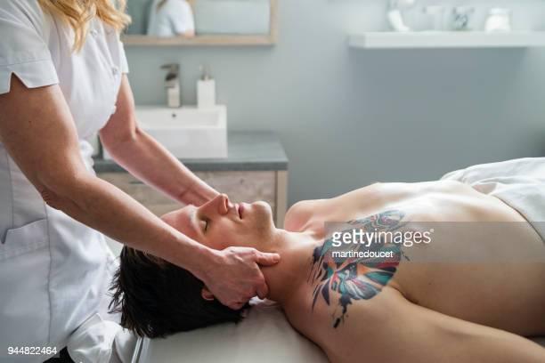 """massageador de pescoço ao jovem no spa de beleza. - """"martine doucet"""" or martinedoucet - fotografias e filmes do acervo"""