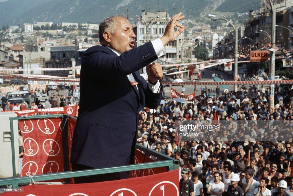 Necmettin Erbakan lors d'un meeting dans les années 1980 : News Photo