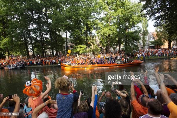 Nederland Utrecht De boot met het elftal vaart door de singel toegejuicht door duizenden fans In Utrecht vieren supporters feest omdat het...