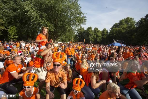 Nederland Utrecht In Utrecht vieren supporters feest omdat het Nederlandse vrouwenvoetbalteam voor het eerst in de geschiedenis Europees kampioen...
