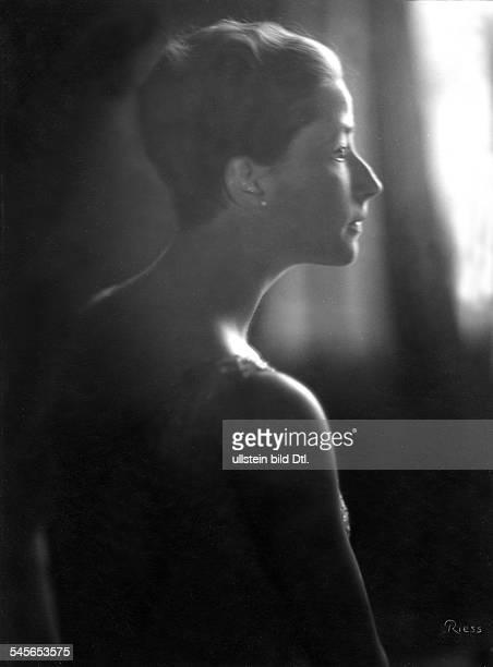 nee von Radowitz dressed as Nefertiti Vintage property of ullstein bild