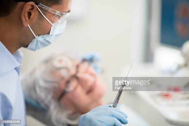 Aguja para jubilados ciudadano en el dentista
