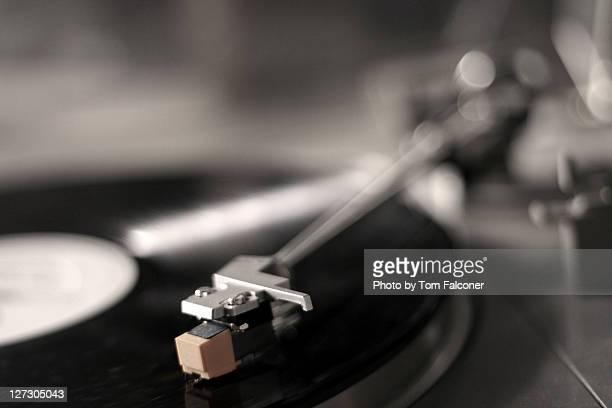 needle on record - opslagmedia voor analoge audio stockfoto's en -beelden