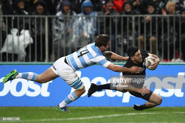 Nehe MilnerSkudder of the All Blacks scores a try during The Rugby Championship match between the New Zealand All Blacks and Argentina at Yarrow...