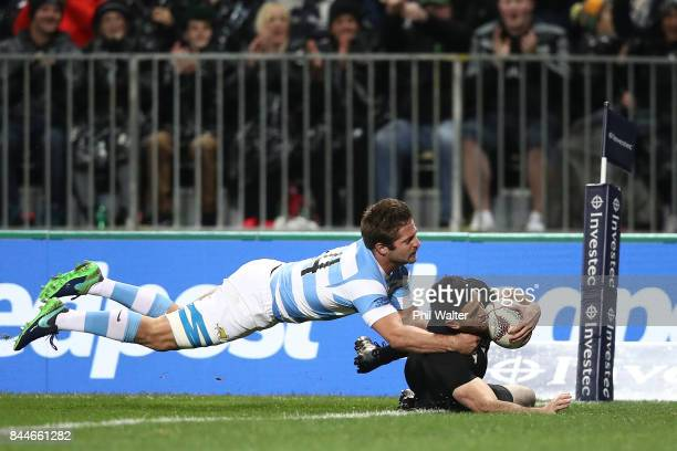 Nehe Milner-Skudder of the All Blacks scores a try during The Rugby Championship match between the New Zealand All Blacks and Argentina at Yarrow...