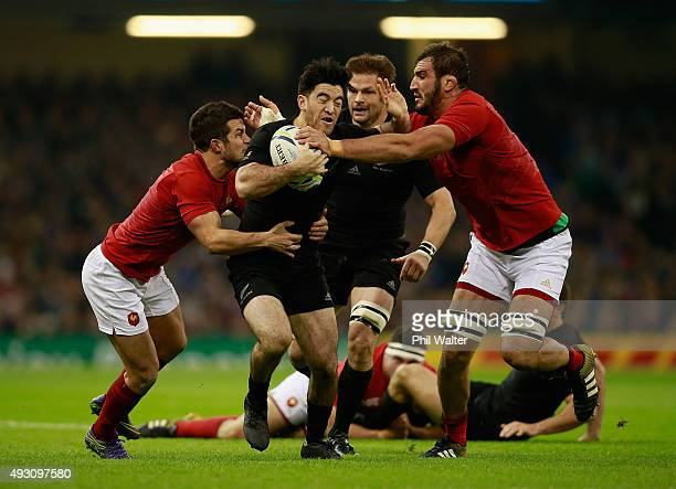 Nehe MilnerSkudder of the New Zealand All Blacks attempts to break through the France defence during the 2015 Rugby World Cup Quarter Final match...
