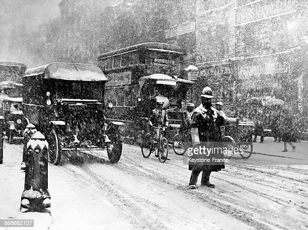 Neige tombant à gros flocons au carrefour de Holborn et de Grey's Inn Road le 10 mars 1931 à Londres RoyaumeUni