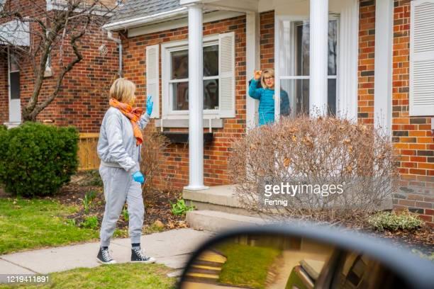 隣人はお互いを助け合う。 - 隣人 ストックフォトと画像
