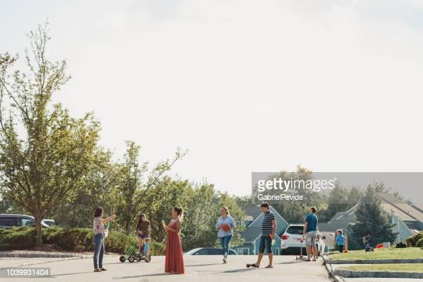 話を近所の人や遊んでいる子供 - 隣人 ストックフォトと画像