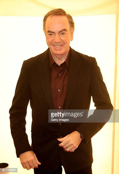 Neil Diamond arrives at the dinner in honour of Nelson Mandela celebrating his 90th birthday at Hyde Park on June 25 2008 in London England The...