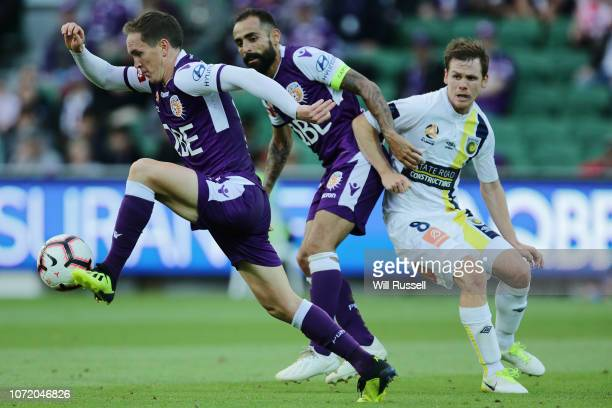 Neil Kilkenny of the Glory controls the ball during the round five ALeague match between the Perth Glory and the Central Coast Mariners at nib...