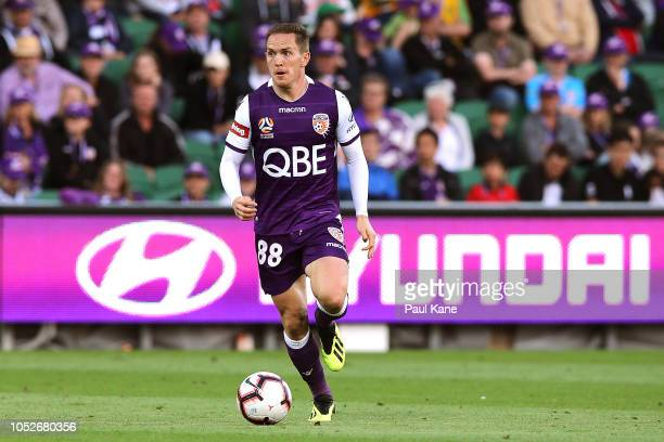Neil Kilkenny of the Glory looks to pass the ball during the round one ALeague match between the Perth Glory and Western Sydney Wanderers at nib...