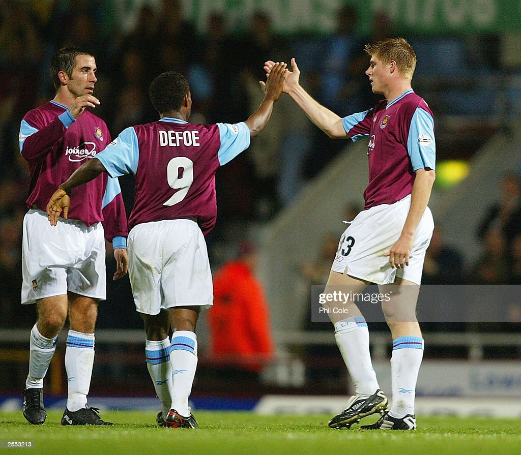 Neil Mellor is congratulated by Jermain Defoe : News Photo