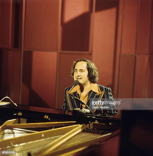 Neil Sedaka performs on stage circa 1973