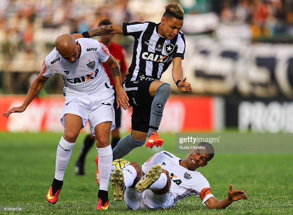 Neilton (C) of Botafogo struggles for the ball with Fbio Santos (L) and Leonardo Silva of Atletico Mineiro during a match between Botafogo and Atletico Mineiro as part of Brasileirao Series A 2016 at Arena Botafogo on October 16, 2016 in Rio de Janeiro, Brazil.