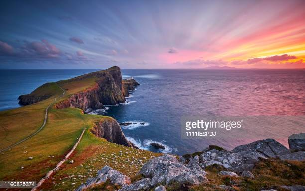 neist point lighthouse, isle of skye, scotland, uk - cliff stock pictures, royalty-free photos & images