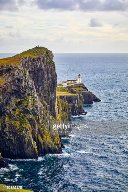 faro de neist point, isla de skye, escocia, reino unido - islas de gran bretaña fotografías e imágenes de stock