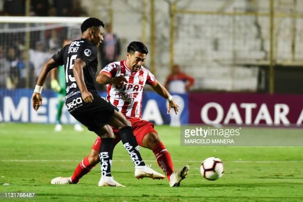 Nelson Acevedo of Argentina's Union de Santa Fe vies for the ball with Roberto Garces of Ecuador's Independiente del Valle during their Copa...