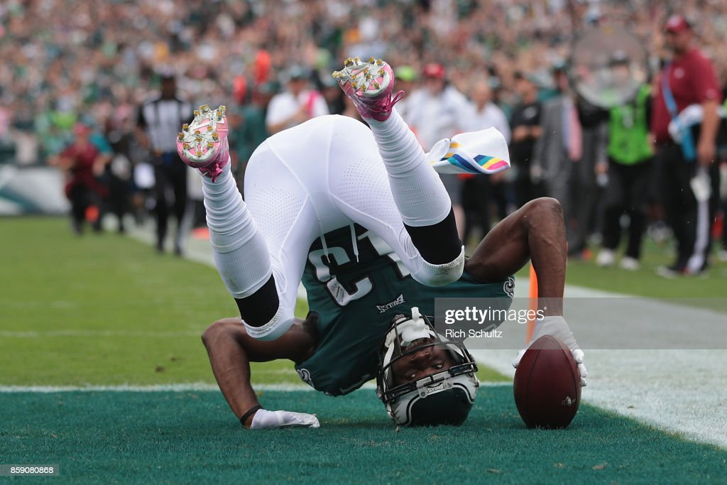 Nelson Agholor #13 of the Philadelphia Eagles scores a touchdown after making a 72-yard catch against the Arizona Cardinals during the third quarter at Lincoln Financial Field on October 8, 2017 in Philadelphia, Pennsylvania.