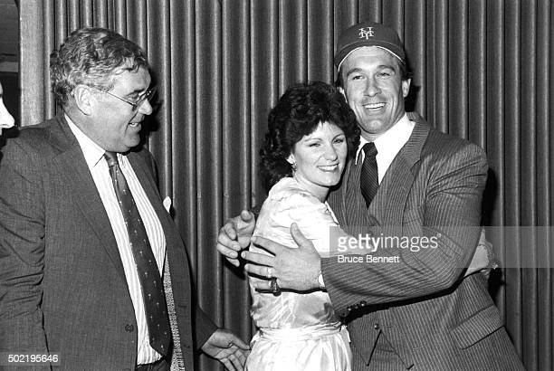 Nelson Doubleday Jr. Owner of the New York Mets announces the signing of Gary Carter as Carter is hugged by his wife Sandy circa 1984 in Flushing,...