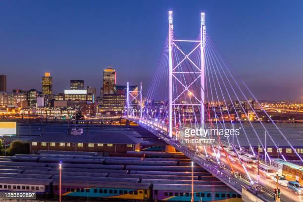 nelson mandela brug in johannesburg, zuid-afrika - johannesburg stockfoto's en -beelden