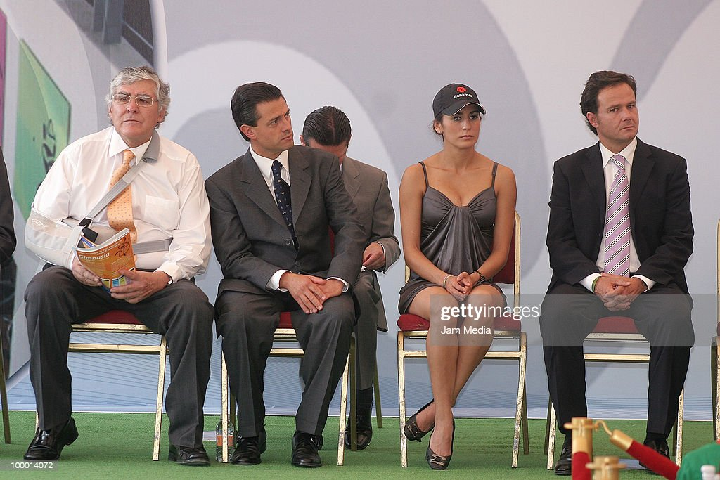 Nelson Vargas, Enrique Pena Nieto, Governor of Mexico State, Paola Espinosa and Bernardo de la Garza, during the Reopening the sports center Interlomas Nelson Vargas Family Fitness, at Family Fitness Interlomas on Mayo 19, 2010 in Mexico City, Mexico.