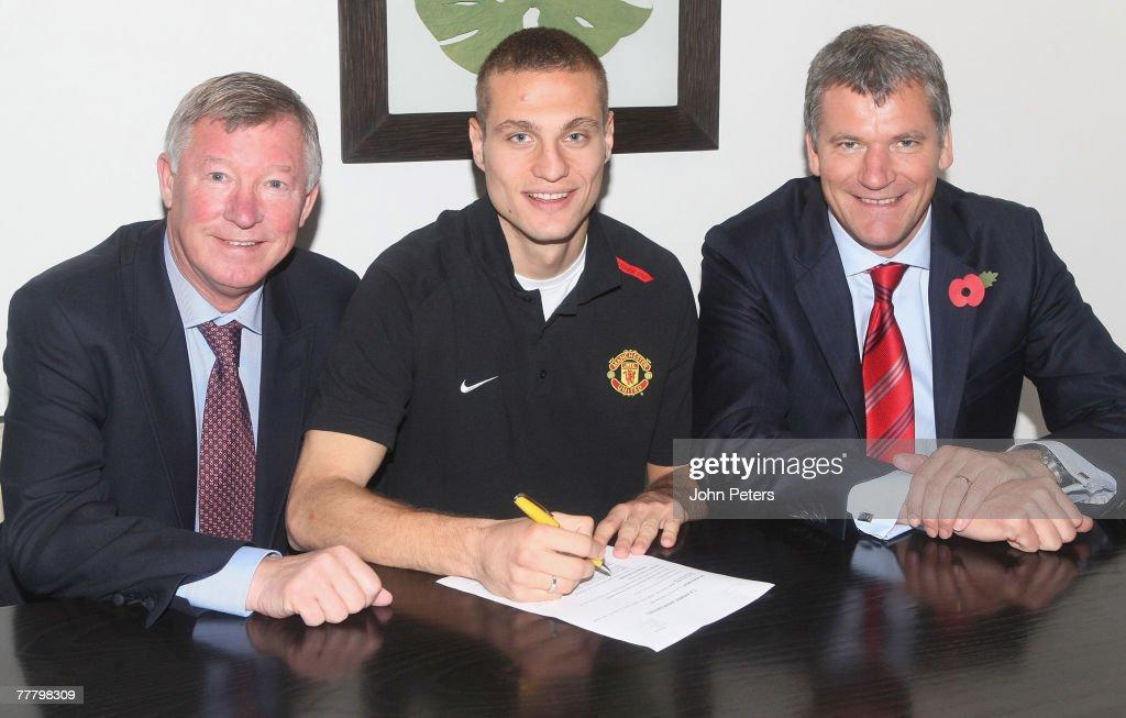 Nemanja Vidic signs new Manchester United contract : ニュース写真