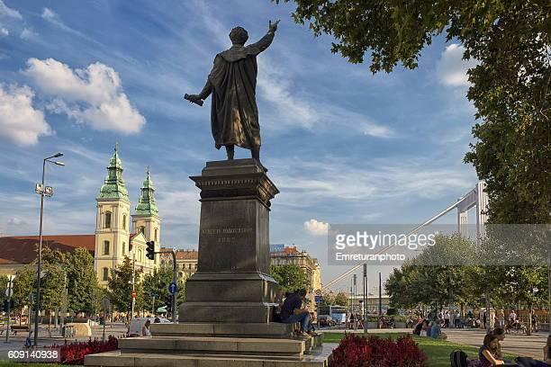 nemzeti adakozasbal statue - emreturanphoto stock-fotos und bilder