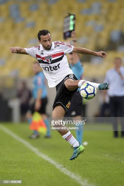 Nene of Sao Paulo controls the ball during the match between Flamengo and Sao Paulo as part of Brasileirao Series A 2018 at Maracana Stadium on July...