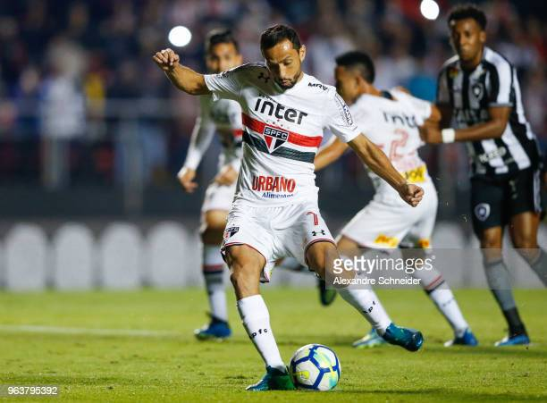 Nene of Sao Paulo scores their first goal during the match against Botafogo for the Brasileirao Series A 2018 at Morumbi Stadium on May 30 2018 in...
