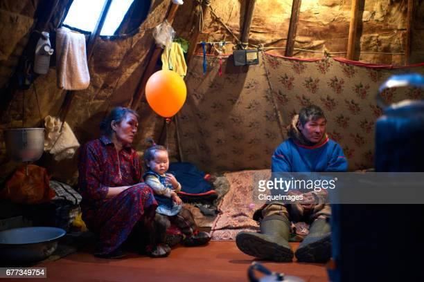 nenets family resting in tent - cliqueimages photos et images de collection