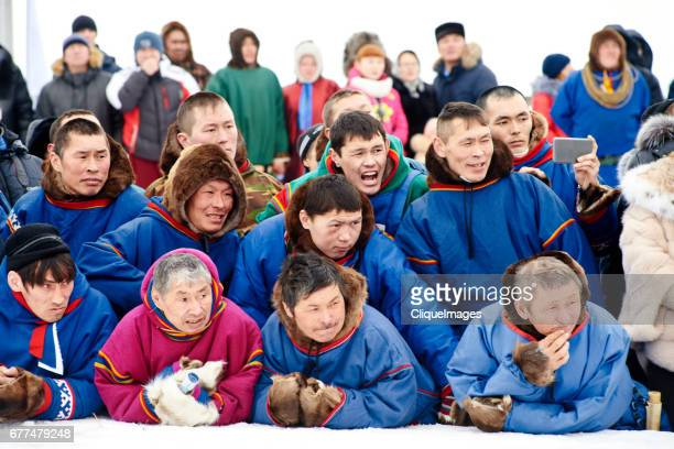 nenets fans on reindeer racing - cliqueimages stockfoto's en -beelden