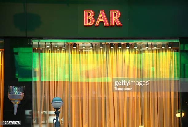 neon bar sign above window - bar gebouw stockfoto's en -beelden