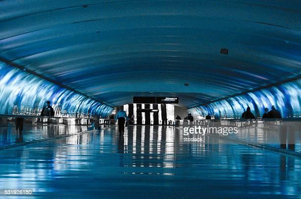 Neon Blue Tunnel in Detroit am Flughafen von Wayne County