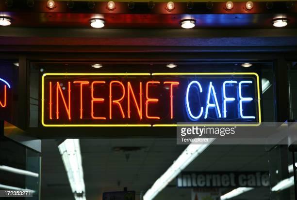 ネオンのインターネットカフェの看板