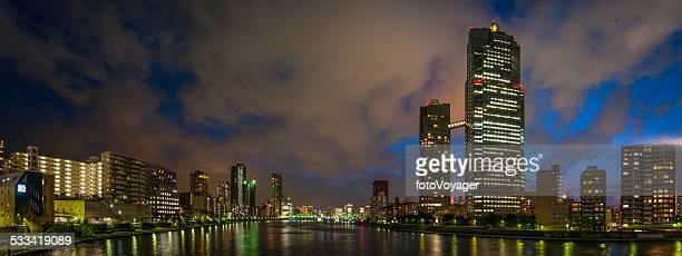 夜のネオン照明 highrises 街、中でも墨田東京都墨田区