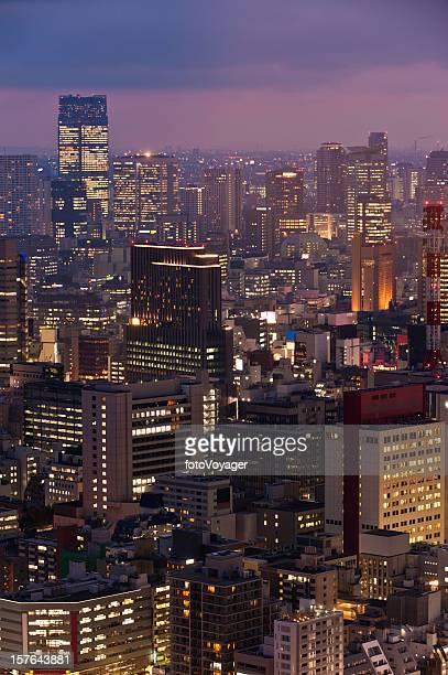 ネオンサンセット夜の高層ビルのダウンタウンの街並みが東京都港区